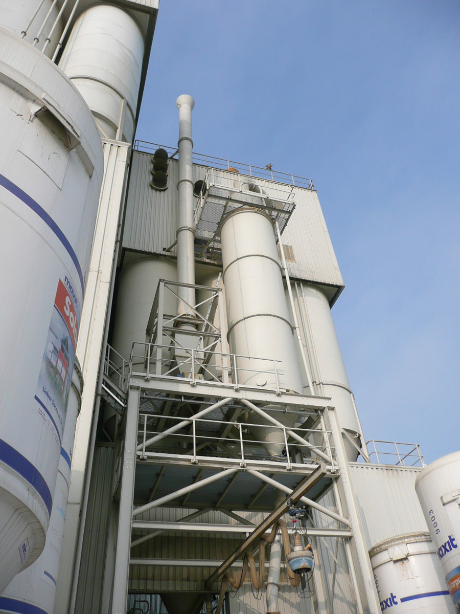 Solids filter for fluor adsorption